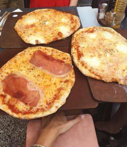 Best pizza i've had in years Heute gab es eine kleine Planänderung und wir sind doch nach Antibes an den Strand☀️ gefahren und werden erst morgen (hoffentlich braun gebrannt )nach Monaco fahren☺️ hoffentlich habt ihr auch so tolles wetter und genießt eure Ferien ☺️ #pizzaislife #nizza #holidays #trip #beach #summer #love